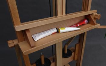 sztaluga studyjna wyposażona w szeroką półkę